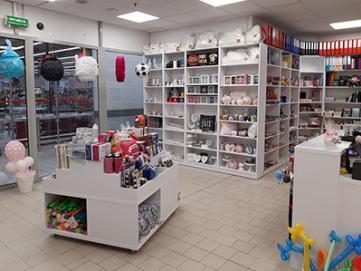 Efektowne wyposażenie sklepu z dekoracjami